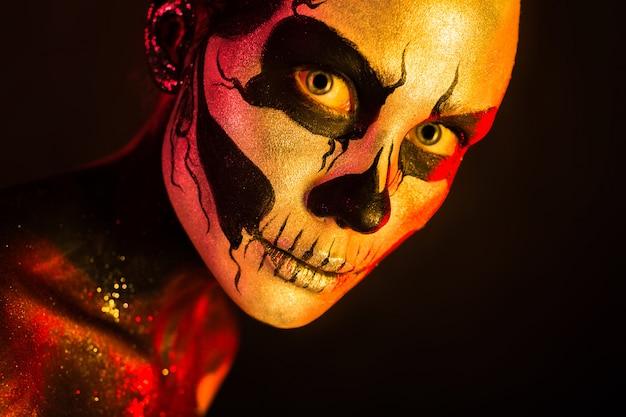 Gruseliges mädchen mit skelett make-up