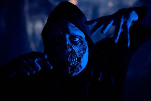 Gruseliges monster auf dunklem friedhof