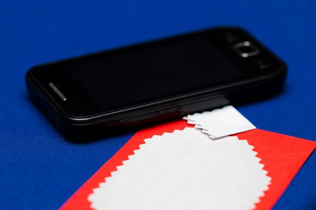 Grußkarte auf blauem hintergrund mit einem telefon.