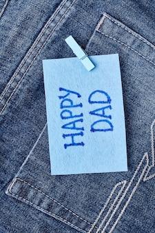 Grußkarte des glücklichen papas. grußpapier auf jeanstasche. gratuliere deinem papa.
