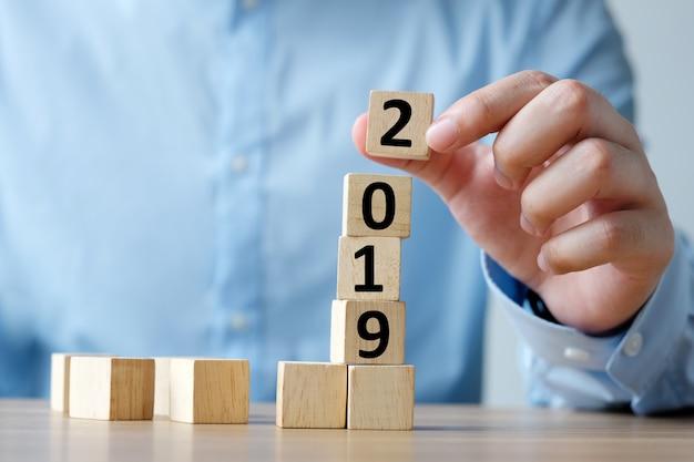 Grußkarte des neuen jahres 2019, hand, die hölzerne würfel mit 2019 hält