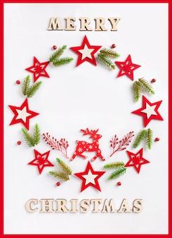 Grußkarte des neuen jahres auf weißbuch mit aufschrift frohen weihnachten