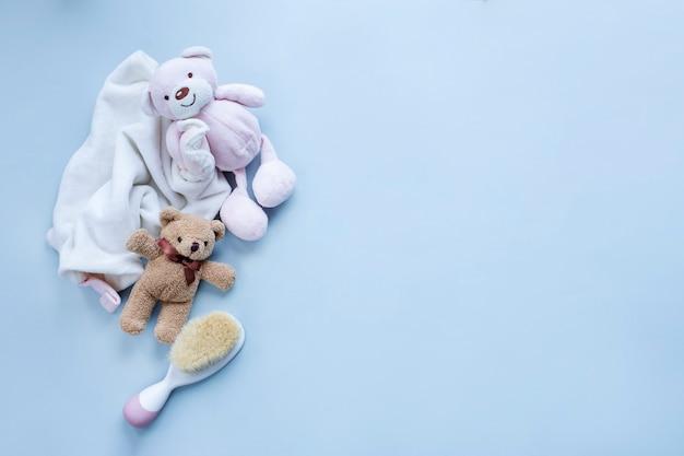 Grußkarte für babygeburt mit teddybären und babyhaarbürste auf hellgrauer oberfläche bild mit kopienraum