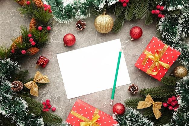 Grußkarte für die weihnachtsferien mit dekoration. neujahrskomposition. draufsicht