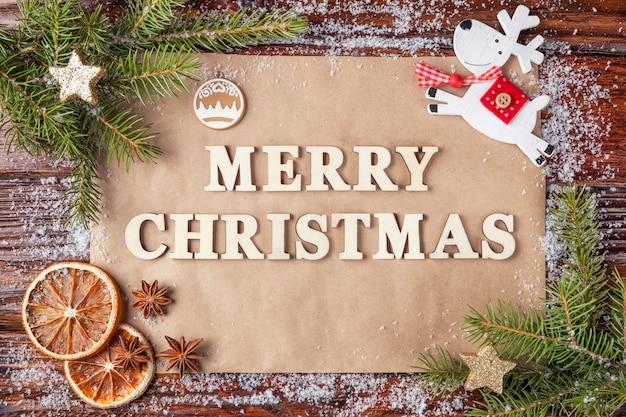 Grußkarte für neues jahr mit frohen weihnachten der aufschrift zeichnete mit hölzernen weinlesebuchstaben