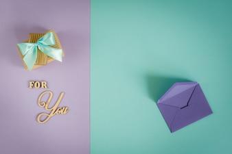 Grußkarte für Sie auf einem lila - tadellosen Hintergrund mit Geschenkboxen und Umschlag.