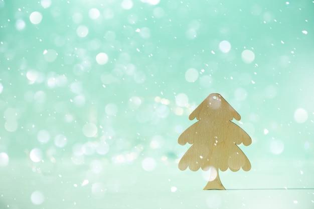 Grußkarte in minimalem stil. hölzerner weihnachtsbaum auf blauem hintergrund mit kopienraum
