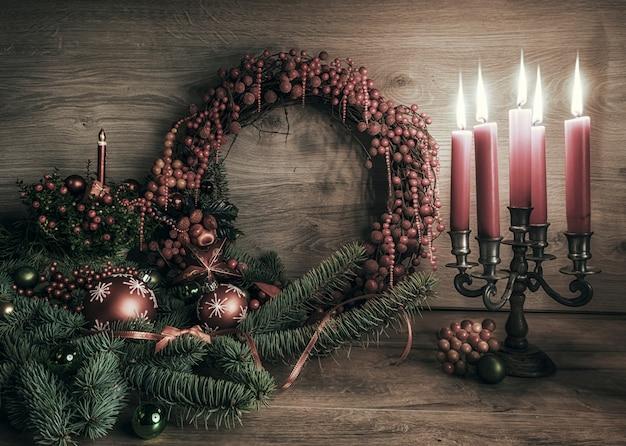 Grußkarte mit gaultheria, poinsettia und weihnachtsdekorationen auf holz