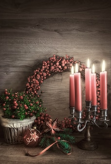 Grußkarte mit gaultheria, weihnachtsstern und weihnachtsschmuck