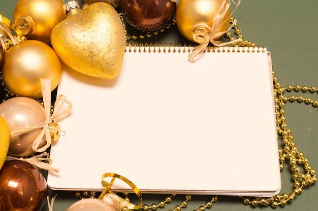 Grußkarte mit weihnachtsschmuck verspotten