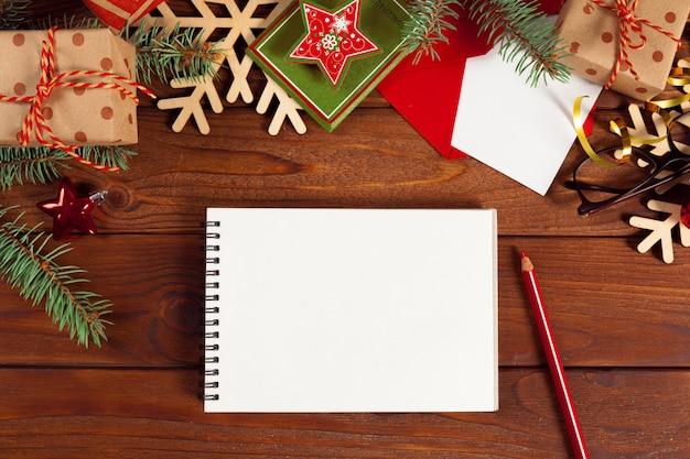 Grußkarte und geschenkbox auf bürotisch