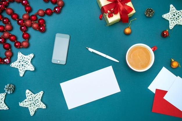 Grußkarten-mock-up-vorlage mit weihnachtsschmuck.