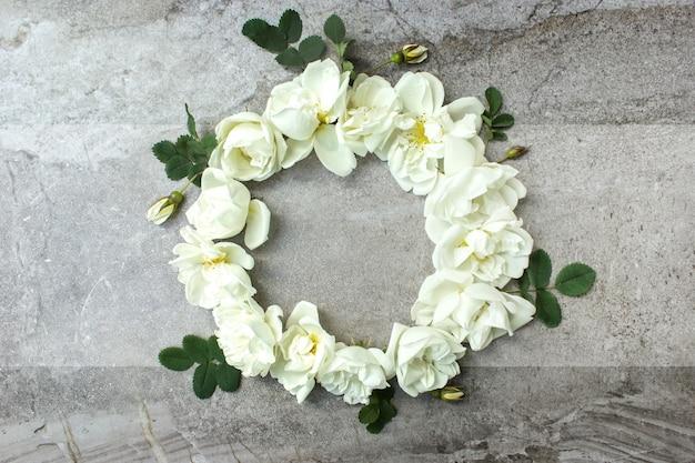Grußkartenmodell. rahmen aus frühlingsblumen und einem umschlag. floraler hintergrund. ein platz für text