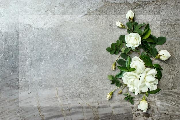 Grußkartenmodellrahmen von frühlingsblumen und einem umschlagblumenhintergrund ein platz für text