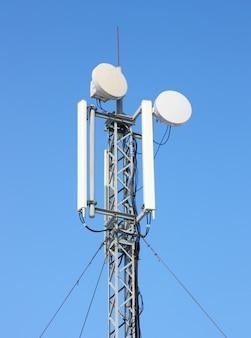 Gsm-antenne gegen blauen himmel