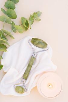Gua sha, gesichtsmassage jaderoller aus naturstein mit natürlichem eukalyptus