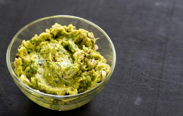 Guacamole in einer schüssel