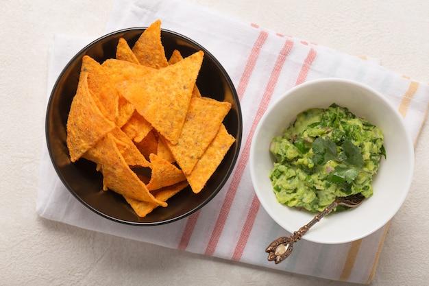 Guacamole mexikanische soße rezept, zutaten auf einem weißen küchentisch, draufsicht