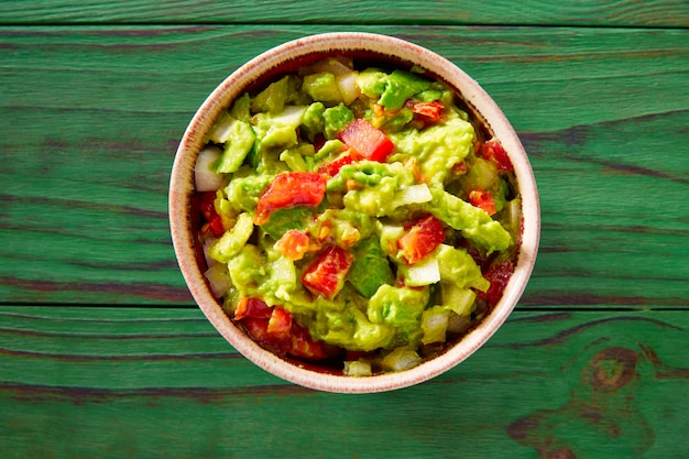 Guacamole mit avocado und tomaten mexikaner
