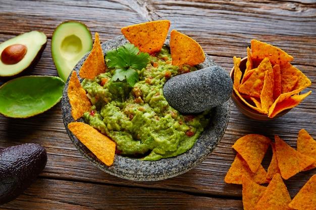 Guacamole mit nachos in mexikanischer molcajete
