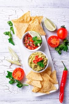 Guacamole, tomatensauce salsa und pommes nachos