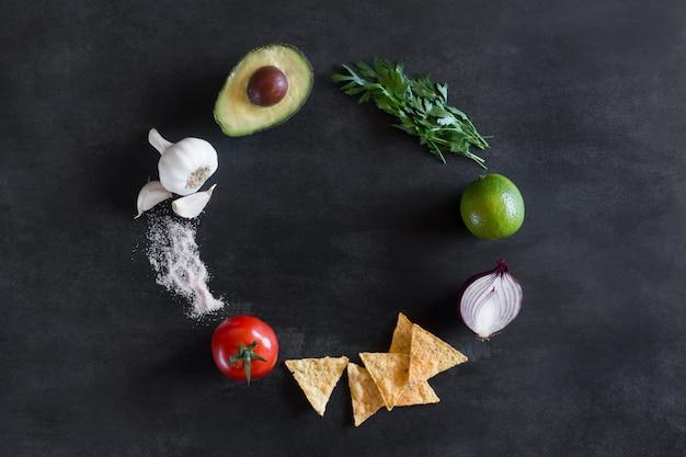 Guacamole zutaten an der dunklen tafel