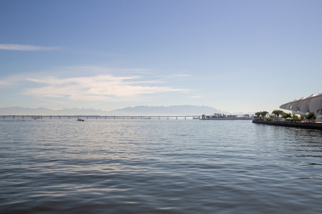 Guanabara-bucht mit der rio niteroi-brücke und den teresopolis-bergen in rio de janeiro.