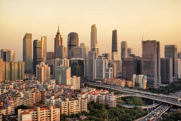 Guangzhou, china-feb. 29, 2016: guangzhou stadt moderne gebäude in den sonnenuntergang.