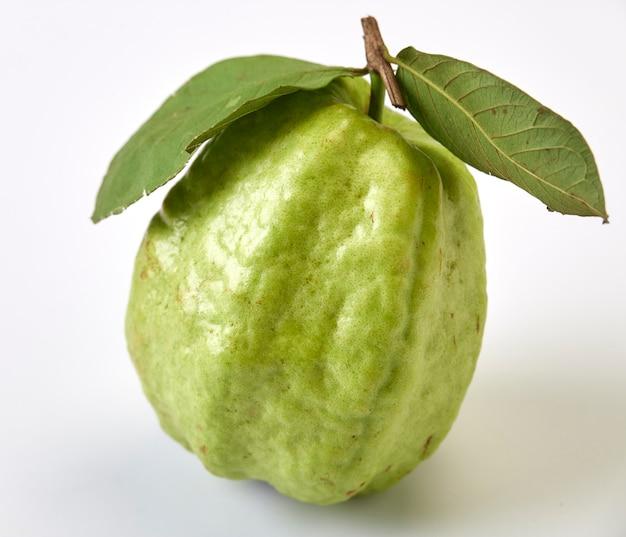 Guave mit blatt lokalisiert auf weißem hintergrund konzeptfrucht für gesundheit