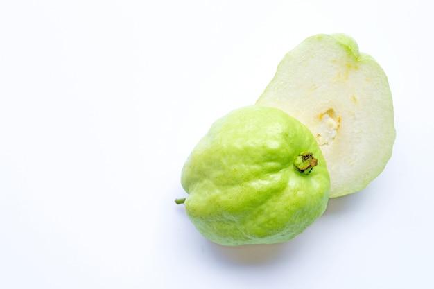 Guavenfrucht auf weiß. speicherplatz kopieren