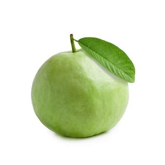 Guavenfrucht getrennt über einem weißen hintergrund
