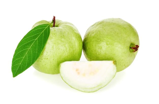 Guavenfrucht isoliert auf weißem hintergrund
