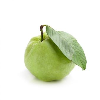 Guavenfrucht lokalisiert über einem weißen hintergrund