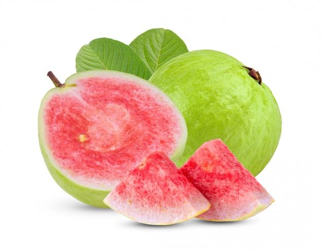 Guavenfrucht mit blättern auf weißer wand.
