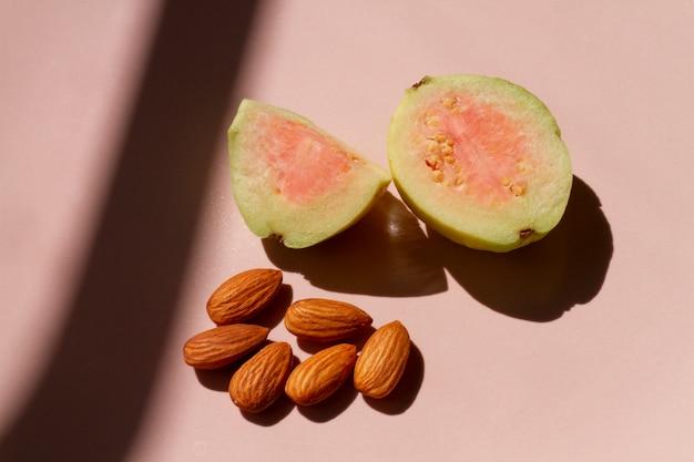 Guavenfrucht mit mandeln schneiden