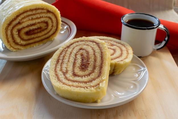 Guavenkuchen. scheiben guavenbrötchen und kaffeetasse.