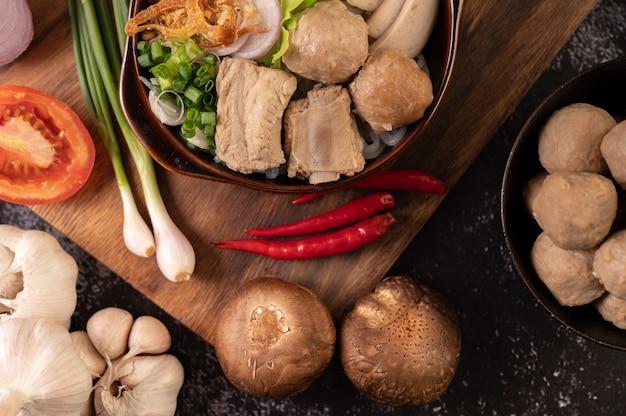 Guay jap, fleischbällchen, vietnamesische schweinewurst und schweineknochen, thailändisches essen.