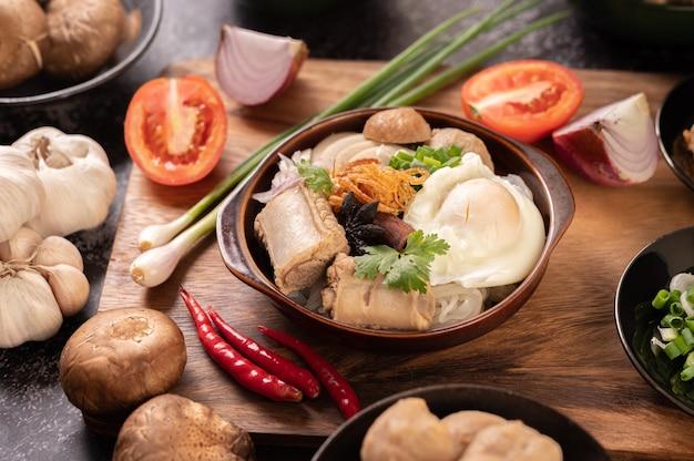 Guay jap, fleischbällchen, vietnamesische schweinswurst und ein spiegelei, thailändisches essen.