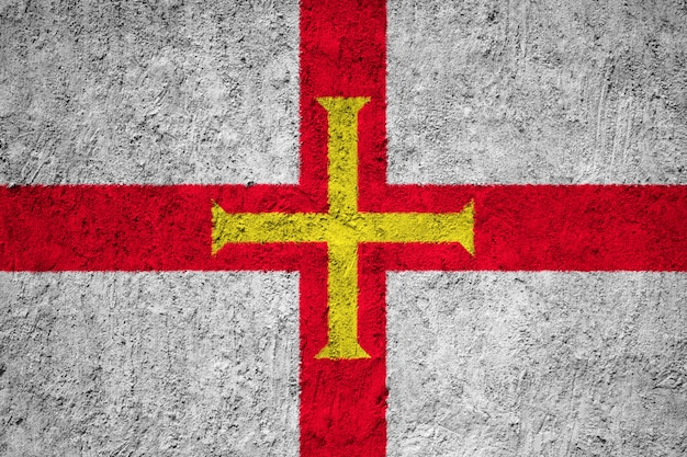 Guernsey-flagge auf grunge-wand gemalt