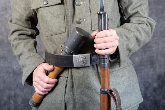 Gürtel und gewehr des deutschen soldaten in einer jacke im zweiten weltkrieg