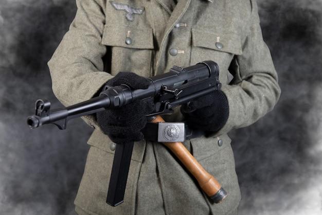 Gürtel und maschinengewehr des deutschen soldaten in jacke des zweiten weltkriegs