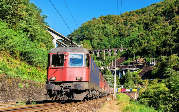 Güterzug am gotthardpass in der schweiz