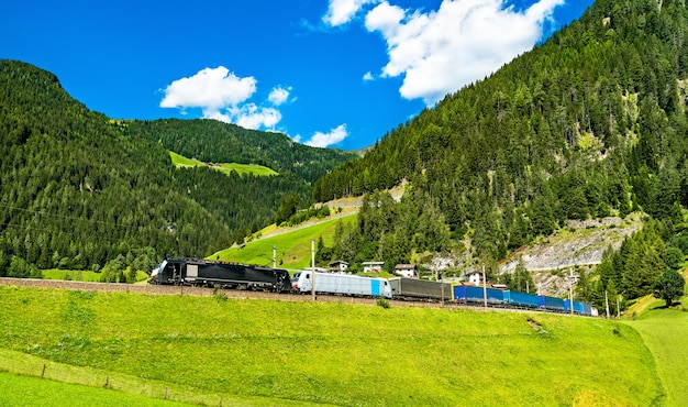 Güterzug bei der brennerbahn in den österreichischen alpen