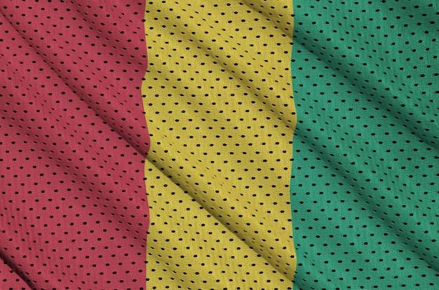 Guinea-flagge auf einem polyester-nylonnetz gedruckt