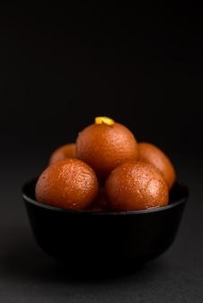 Gulab jamun in der schüssel. indisches dessert oder süßes gericht.