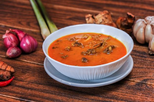 Gulai kambing ist ein indonesisches traditionelles essen, das reich und würzig ist