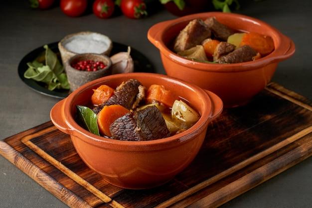 Gulasch mit großen stücken rindfleisch und gemüse. burgunderfleisch. langsam schmoren, kochen.