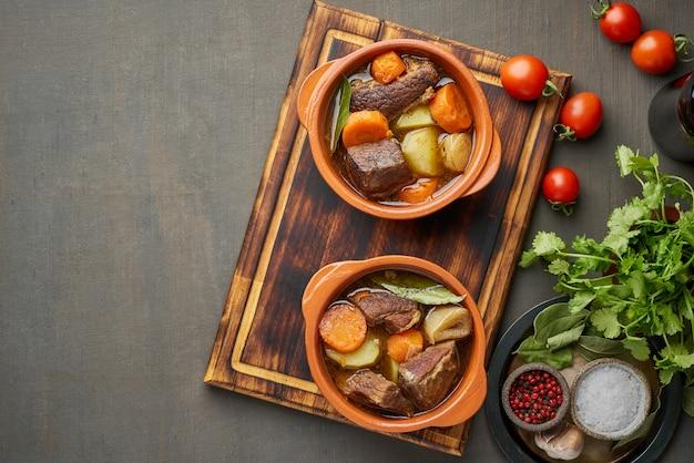 Gulasch mit großen stücken rindfleisch und gemüse.