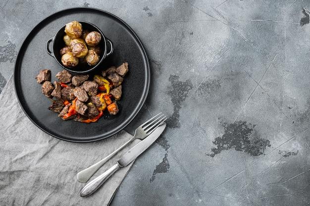 Gulasch-rindfleisch-eintopf auf grauem stein