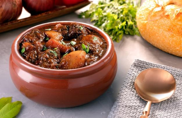 Gulasch - traditioneller ungarischer fleischeintopf mit kartoffeln, karotten und fleisch